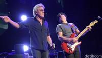 Roger Daltrey dan Pete Townshend tak kehilangan magisnya di atas panggung. Theo Wargo/Getty Images/detikFoto.