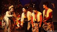 Empat punakawan muncul ke atas panggung. Semar, Gareng, Bagong, dan Petruk sibuk membicarakan tentang pernikahan ksatria Arjuna bersama Srikandi.