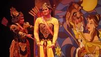 Lakon Semar Gugat bercerita tentang Kerajaan Amarta sedang geger dikarenakan, Srikandi meminta mas kawin yang tak wajar kepada sang calon suami Arjuna.