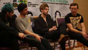 Muah! 5 Seconds of Summer Cium Fans di Red Carpet