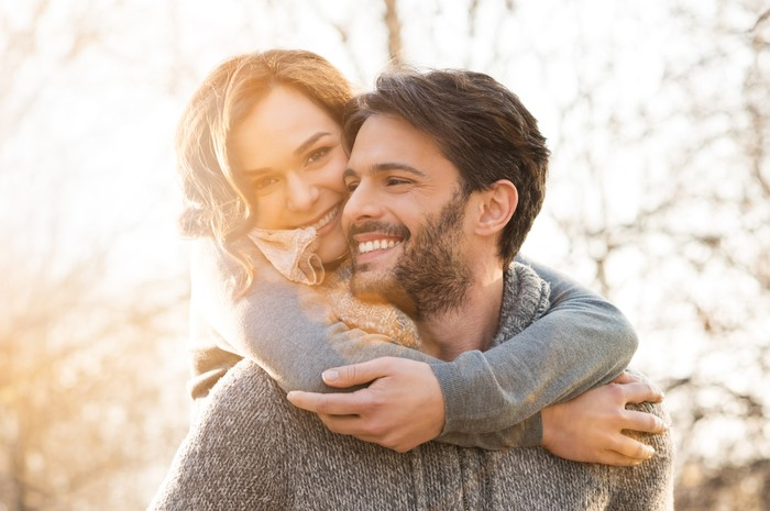 Percaya atau tidak, menikah bisa membuat hidup lebih lama. Bersosialisasi bersama juga baik untuk kesehatan mental dan fisik. Kenyamanan untuk memiliki pasangan terpercaya dan andal menciptakan endorfin yang mempengaruhi penyembuhan di tubuh. Seiring bertambahnya usia orang dalam pernikahan, memiliki pasangan yang mengenal Anda dengan baik dapat membantu Anda hidup lebih lama dan lebih bahagia, ujar dr Ben Michaelis. (Foto: Thinkstock)