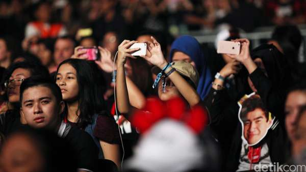 Cewek-cewek Histeris di Konser 5 Seconds Of Summer Indonesia