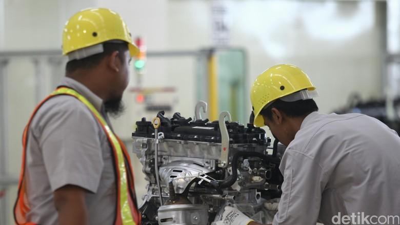 Pekerja memasang mesin mobil di Pabrik Toyota Motor Manufacturing Indonesia Karawang, Jawa Barat, Senin (7/3/2016) Foto: Agung Phambudhy