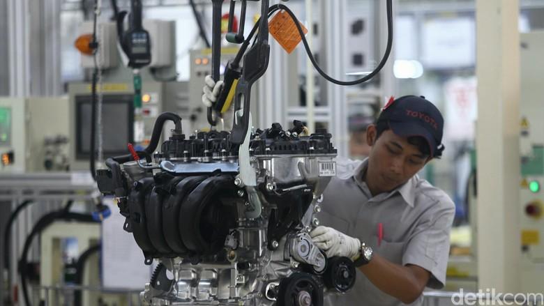 Pekerja di pabrik Toyota (Foto: Agung Phambudhy)