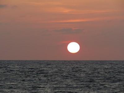 Pantai Anti Mainstream di Ternate dengan Sunset Spektakuler