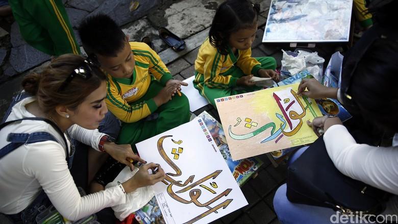 10000 Anak Ikuti Lomba Mewarnai Kaligrafi