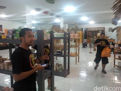 Sebelum Pulang Wisata Gerhana dari Ternate, Borong Oleh-oleh Dulu