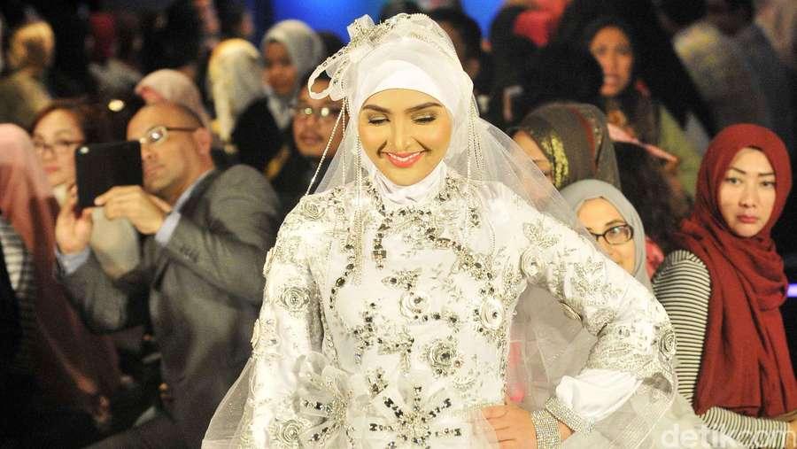 Ashanty dan Maudy Koesnaedi Cantik Berhijab di Indonesia Fashion Week