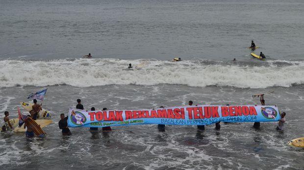 Aksi penolakan reklamasi Teluk Benoa di perairan Pantai Lebih, Gianyar, beberapa waktu lalu.