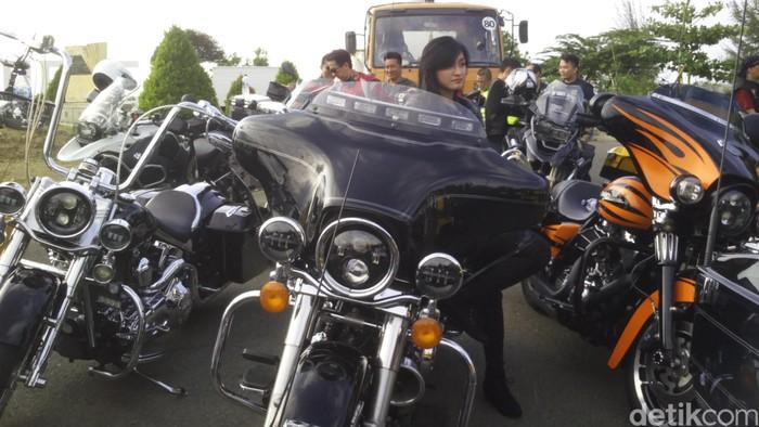 35 motor gede yang tergabung dalam komunitas 121 Chapter Jakarta melakukan touring ke Banda Aceh, Aceh. Mereka ingin menikmati keindahan alam di provinsi berjuluk Serambi Mekkah.