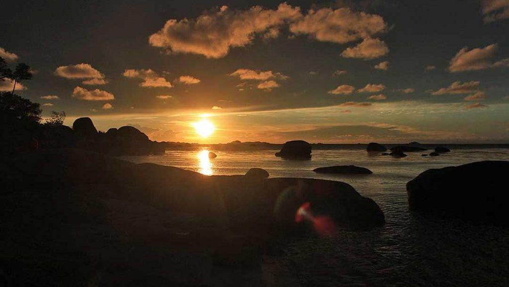 Momen Sunset Cantik di Pantai Tanjung Tinggi, Belitung