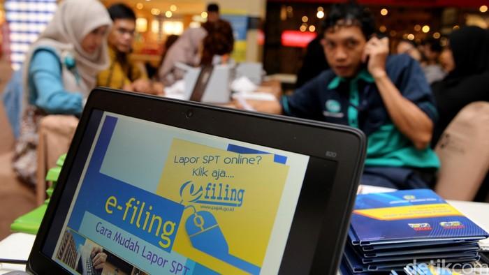 Kampanye Pajak di Mal --- Para wajib pajak mendatangi Pojok Pajak di Mall Kota Kasablanka, Jakarta Selatan, Jumat (11/3/2016). Sejumlah layanan pajak dapat diperoleh di sini seperti aktivasi e-Filling, e-billing dan pelaporan SPT tahunan.  Dirjen Pajak Kanwil Jakarta Selatan I menyediakan 8 titik Pojok Pajak di mal dan lokasi keramaian wajib pajak yang lain. (Ari Saputra/detikcom)