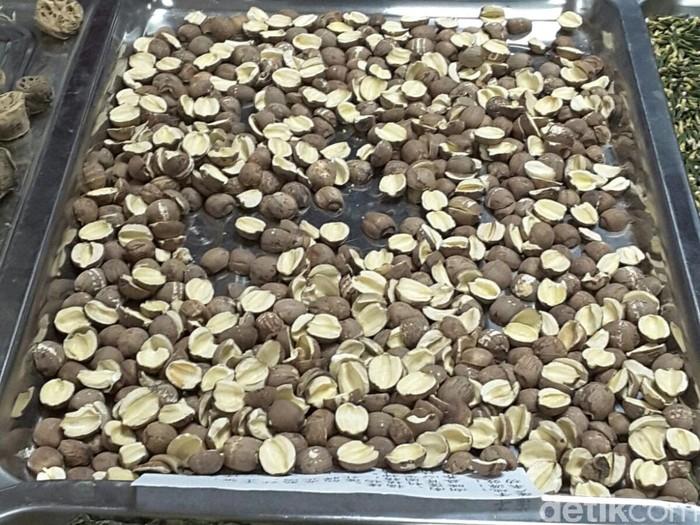 Ada daun teratai, bagian tengah biji teratai, dan akar teratai. Daun teratai yang dikeringkan rasanya manis. Sementara, ketika biji teratai dimakan, rasanya menyerupai kacang hanya saja memang agak keras. Salah satu petugas mengatakan biji teratai bisa berguna untuk menyembuhkan diare. (Foto: Dian/detikHealth)