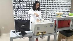 Di China, TCM diberikan berdampingan dengan obat medis berbahan kimia. Konsep ini disebut penggabungan teknik pengobatan barat dan timur.