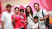 Denny Cagur dan istri, Santi Widihastuti serta anak, Fabian Muhammad Yahva berpose bersama Ayu Dewi, Aqila dan Regi Datau. Pool/Gus Mun/detikFoto.