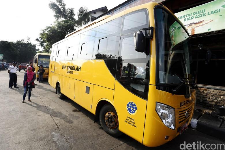 Bus Sekolah Angkut Penumpang di Terminal Kampung Rambutan. Foto: Rengga Sancaya