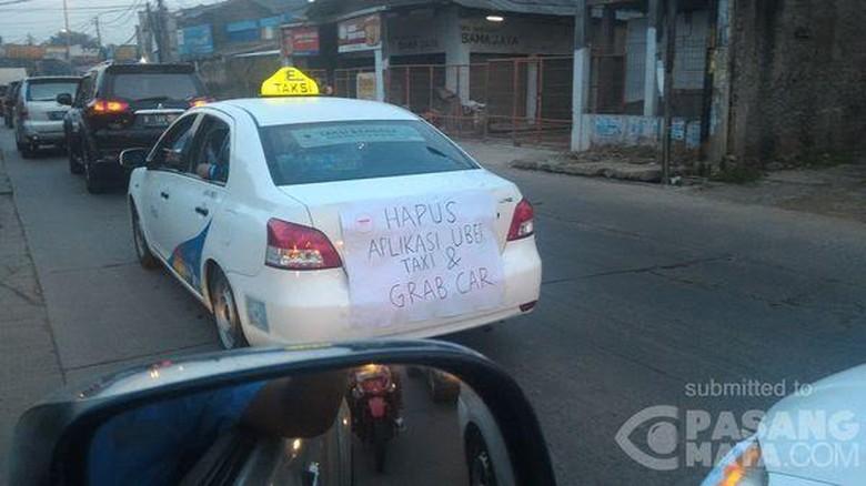 Aksi Mogok Massal, Sopir Taksi di Tol Cawang Setop Rekannya Agar Bergabung