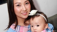 Sarwendah dan putrinya, Thalia Putri Onsu kompak dengan busana biru muda. Pool/Gus Mun/detikFoto.