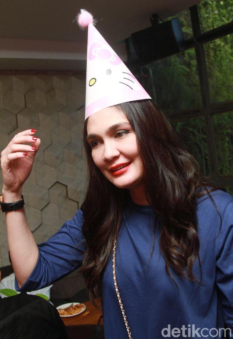 Luna Maya tak lupa memakai topi ulang tahun Hello Kitty. Pool/Gus Mun/detikFoto.