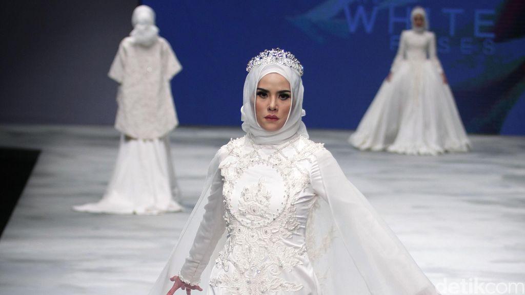 Cantiknya Poppy Bunga dan Angel Lelga Dibalut Busana Pengantin Muslim