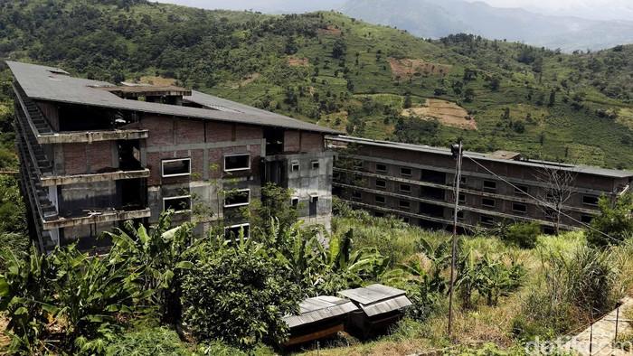 Sejak terbukti dikorupsi, pembangunan Kompleks Olahraga Hambalang terhenti. Kini kondisinya sangat memprihatinkan.