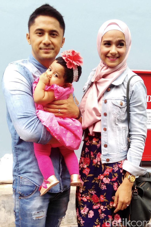 Hengky, Sonya dan si mungil Shakila saat ditemui usai mengisi Rumpi No Secret di Gedung Trans TV, Jalan Kapten Tendean, Jakarta Selatan, Senin (14/3/2016).