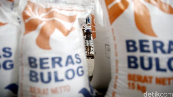 Pekerja memindahkan beras di Gudang Beras Bulog di Kelapa Gading Jakarta Utara, Selasa (15/3/2016). Pemerintah mendorong Bulog untuk menyerap 3-4 juta ton gabah selama musim panen.