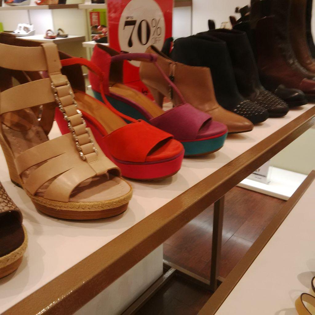 Brand Sepatu Clarks Diskon Hingga 70 Di Kuningan City Sandal Pria Warna Hitam Untuk Wanita Opsinya Cukup Lengkap Mulai Dari Heels Boots Santai Sampai Pesta Bukan Hanya Sejumlah