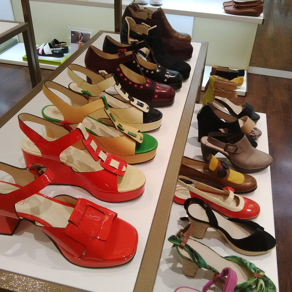 Brand Sepatu Clarks Diskon Hingga 70 Di Kuningan City Sandal Pria Warna Hitam Jika Tengah Mencari Hak Tinggi Tersedia Beberapa Pilihan Sini Yang Patut Dilirik Heels Dengan Varian Pink Cokelat