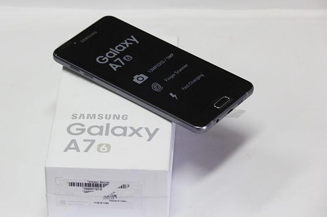Meski Samsung tak pernah mendeklarasikan ini sebagai ponsel kamera. Hanya saja harga yang ditawarkan masih terbilang tinggi untuk ponsel kelas menengah.
