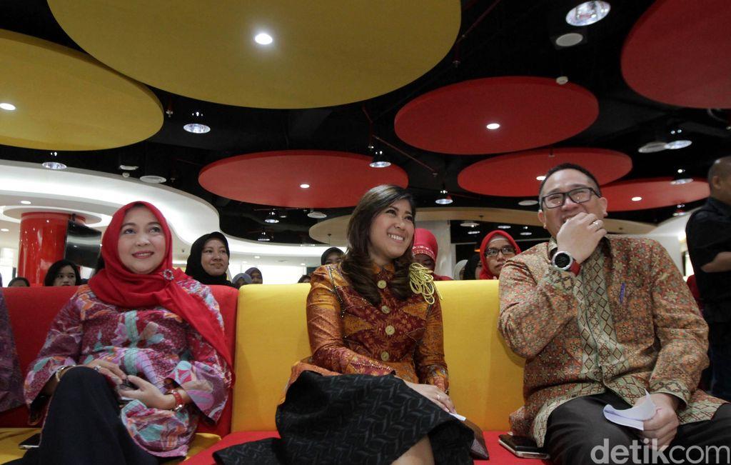 President Director & CEO Indosat Ooredoo, Alexander Rusli (kanan), berbincang kepada Wakil Ketua Komisi 1 DPR RI, Meutya Hafid (tengah) dan Direktur Pemberdayaan Informatika Kominfo, Septriana Tangkari (kiri) hadir dalam talkshow dan masterclass bertajuk Women Connected to Mobile Internet : Women in Digital Era, Jakarta, Kamis (17/3/2016).