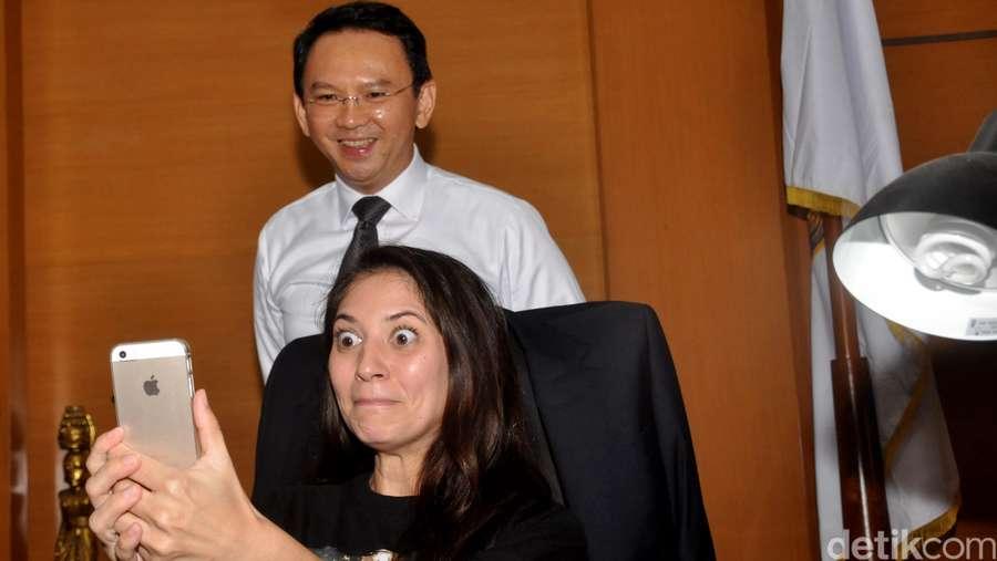 Selfie Time! Bintang Comic 8 Narsis Bareng Ahok