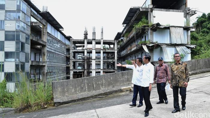 Presiden Joko Widodo berkunjung ke proyek pusat olahraga di Hambalang, Kabupaten Bogor. Jokowi sedih melihat proyek triliunan rupiah itu mangkrak.