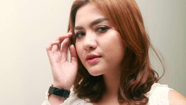 Vicky Shu Cantik dengan Rambut Pendek