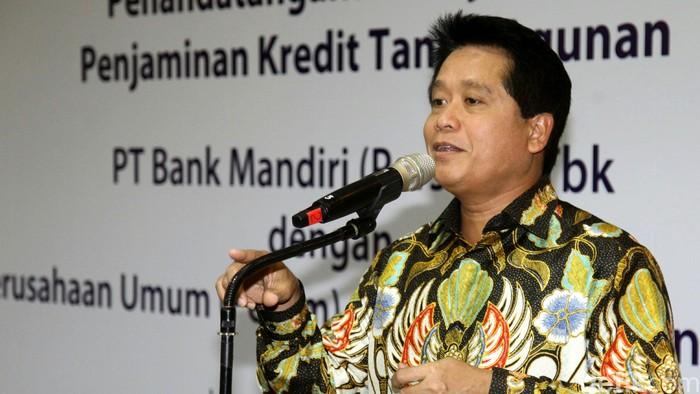 Bank Mandiri menjalin kerja sama dengan Perum Jamkrindo terkait penjaminan Kredit Tanpa Agunan (KTA). Tujuan aksi korporasi ini untuk meningkatkan realisasi kredit atau pembiayaan oleh Bank Mandiri sekaligus meningkatkan volume penjaminan oleh Perum Jamkrindo. Penandatanganan kerja sama dilakukan oleh Direktur Bisnis Penjaminan Perum Jamkrindo Bakti Prasetyo (kiri) dan Direktur Consumer Banking Bank Mandiri Hery Gunardi (kanan) di Plaza Mandiri, Jakarta, Jumat (18/3/2016).