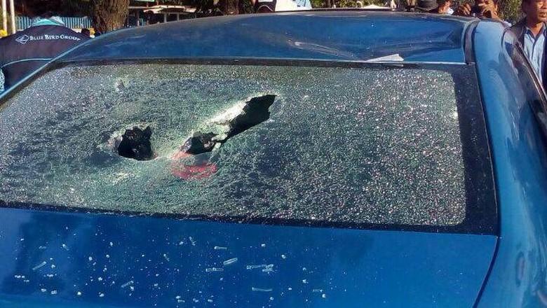 Bawa Penumpang, Taksi Blue Bird Diinjak Kacanya Hingga Pecah