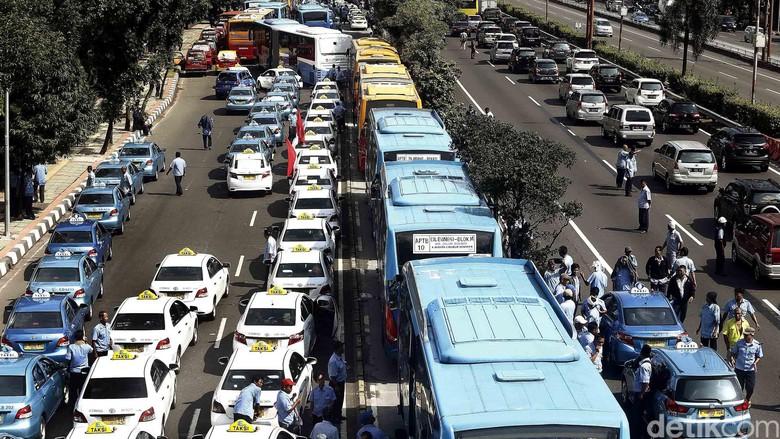 Para sopir taksi berduyun-duyun konvoi di Jalan Gatot Subroto menuju arah Slipi, Jakarta Barat. Hal ini menyebabkan kondisi jalan macet total. Para taksi itu juga terlihat masuk jalur busway. Ini menyebabkan bus TransJ tersendat dan perang klakson tidak terhindarkan. Rengga Sancaya/detikcom.
