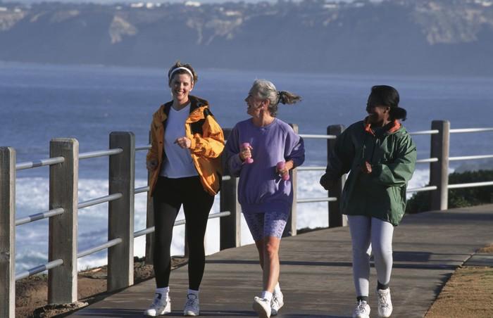 Dengan berjalan kaki selama 15 menit setiap hari dapat mengurangi rasa sakit di tubuh. Foto: Thinkstock