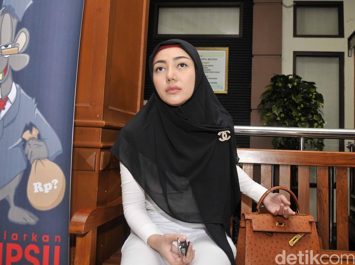 Bella Shofie menghadiri sidang cerainya dengan Suryono yang digelar di Pengadilan Agama Jakarta Selatan.