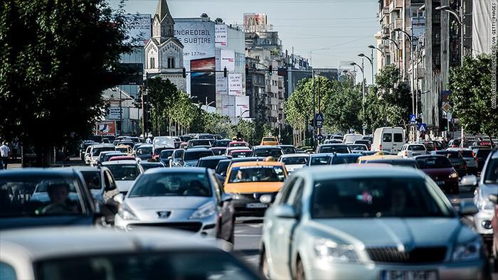 alanan yang macet, infrastruktur jalanan yang rusak, karakter pengemudi di jalan yang tidak taat lalu lintas menjadi beberapa faktor penyebab buruknya kondisi lalu lintas di suatu kota, bahkan negara. Apalagi di jam-jam sibuk seperti jam berangkat kantor ataupun pulang dari kantor/ aktivitas.