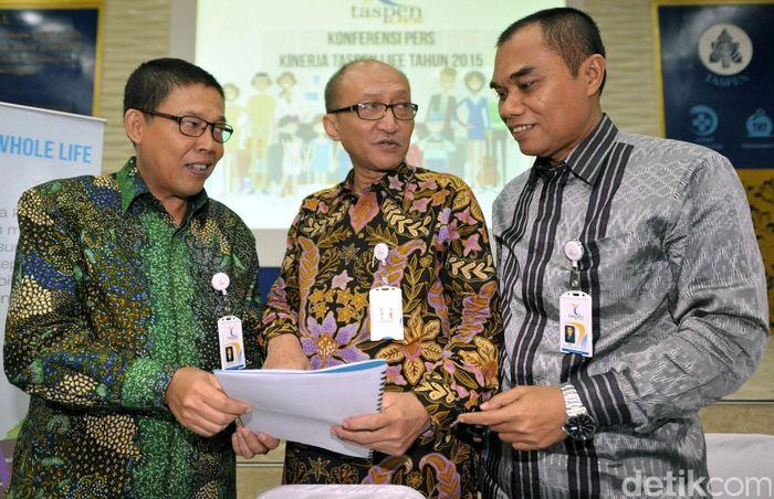 Direktur Utama PT Asuransi Jiwa Taspen (Taspen Life) Maryoso Sumaryono (tengah) berbincang dengan Direktur Keuangan Pask Suartha (kiri) dan Direktur Teknologi dan Operasional Nelson (kanan) disela Paparan Kinerja 2015 di Jakarta, Rabu (23/3/2016).