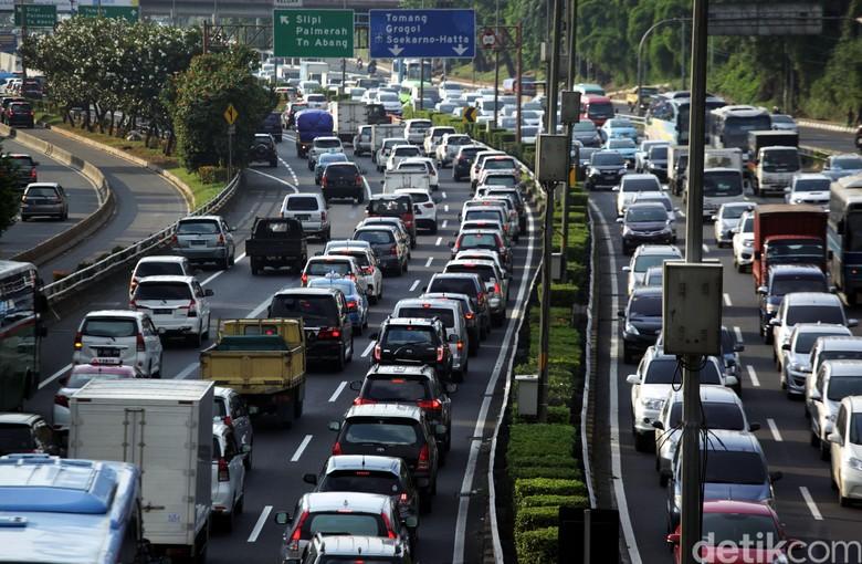 Menjelang libur panjang Tol Dalam Kota Gato Subroto Jakarta Selatan  terlihta macet,, Kamis (24/3/2016). Laju kendaraan yang 10 Km per jam. Lamhot Aritonang/detikcom.