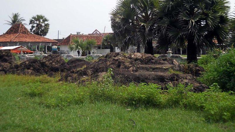 Inilah 2 batu yang disebut Selo Gilang di Cepuri Parangkusumo, Bantul. Konon, ini dulu tempat bertemunya pendiri dinasti Mataram Panembahan Senopati dengan penguasa pantai selatan Kanjeng Ratu Kidul (Bagus/detikTravel)