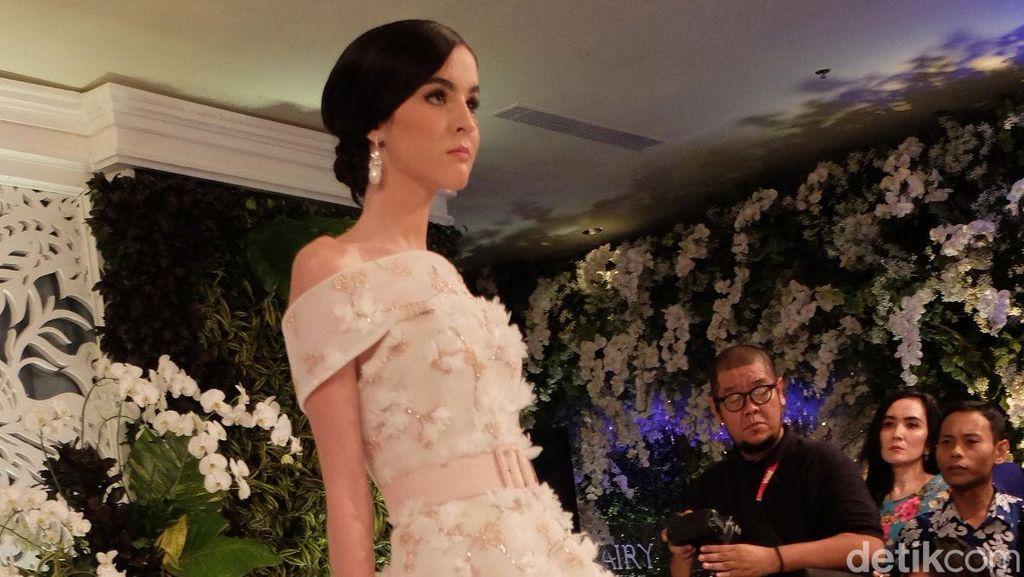 Ivan Gunawan Hadirkan Gaun Pengantin Bunga Peony untuk Pernikahan Outdoor