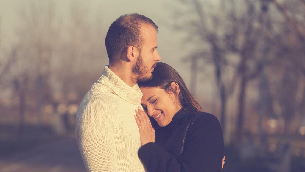 7 Manfaat Cuddle atau Pelukan Bagi Kesehatan dan Cara Melakukan yang Benar