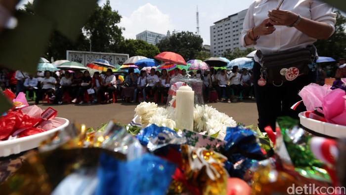Sekitar 100 jemaat dari gereja GKI Yasmin Bogor dan HKBP Filadelfia Bekasi, Jawa Barat, merayakan Paskah di depan Istana Negara, Jakarta Pusat, Minggu (27/3).