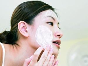 Double Cleanse, Cara Membersihkan Sisa Makeup untuk Wajah Berjerawat