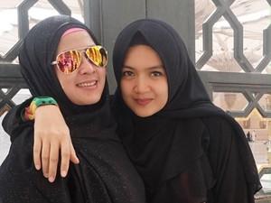 Cerita Haru Bintang Sinetron Irma Annisa Salat di Rhaudah, Masjid Nabawi
