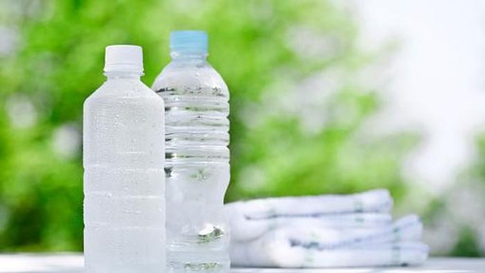 WHO sebut mikroplastik dalam air minum kemasan tidak akan terserap oleh tubuh. (Foto: Thinkstock)