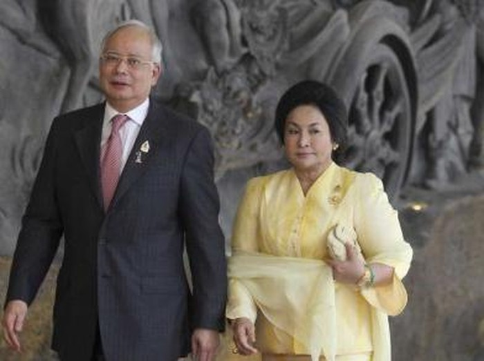 TOKYO, JAPAN - APRIL 19: Prime Minister of Malaysia Dato Sri Mohd Najib (2nd L) shakes hands with Japanese Prime Minister Yukio Hatoyama, as their respective wives Miyuki Hatoyama (R), and Datin Sri Rosmah Mansor (L) stand by their sides at the premiers official residence in Tokyo, Japan, 19 April 2010. Prime Minister Dato Sri Mohd Najib and his wife are in Japan from April 18 to  21. (Photo by Toshifumi Kitamura-Pool/Getty Images)